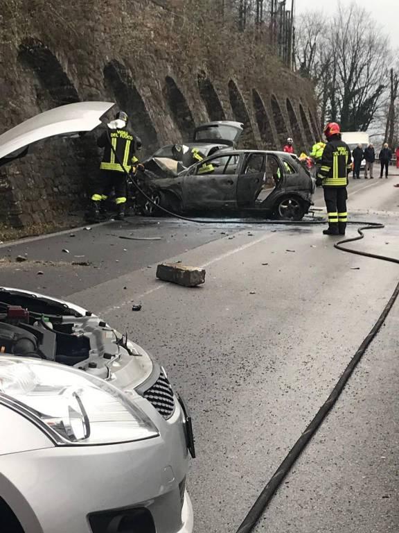 incidente porlezza, auto prende fuoco dopo l'urto con la roccia