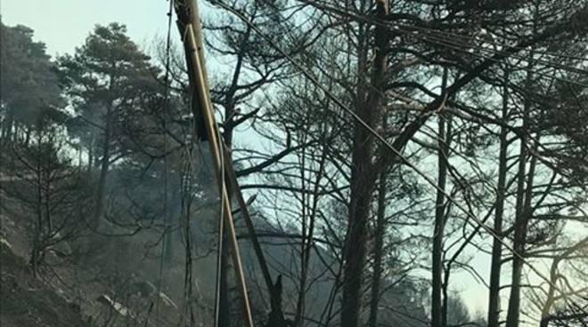 La devastazione del fuoco in alto lago; tutto in fumo