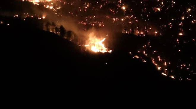 ripartito incendio sui monti alto lago di como, fiamme nella notte