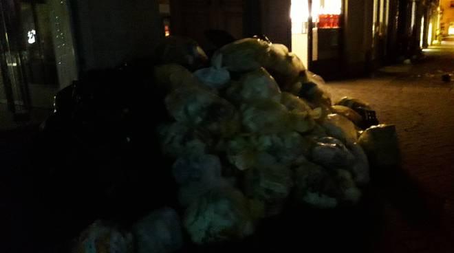 sacchi rifiuti sparsi sulle strade di como per il vento forte notte