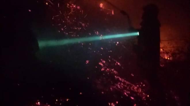 sorico frazione albonico incendio dei boschi nella notte la situazione