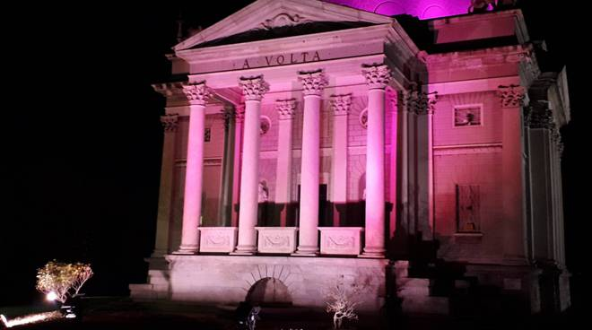 tempio voltiano colorato di rosa per omaggio al Giro d'Italia 2019