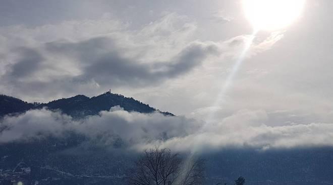 brunate svetta sopra le nuvole dopo la nevicata di ieri