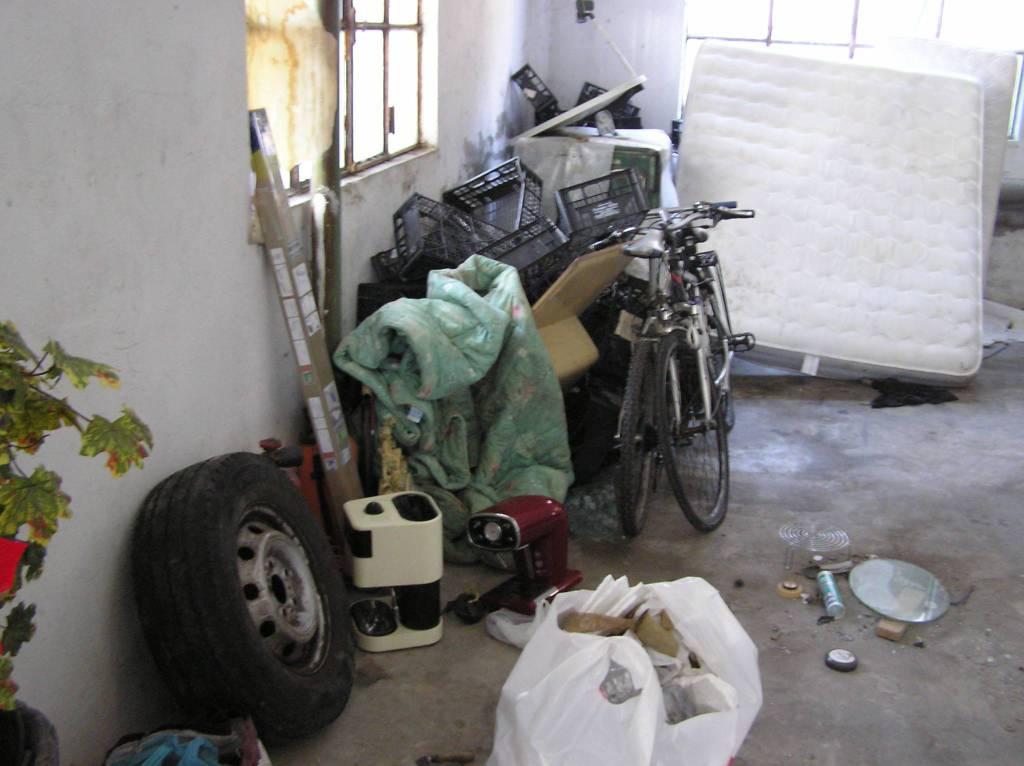 Cantù, la polizia locale scopre una discarica in cortile a Cascinamata