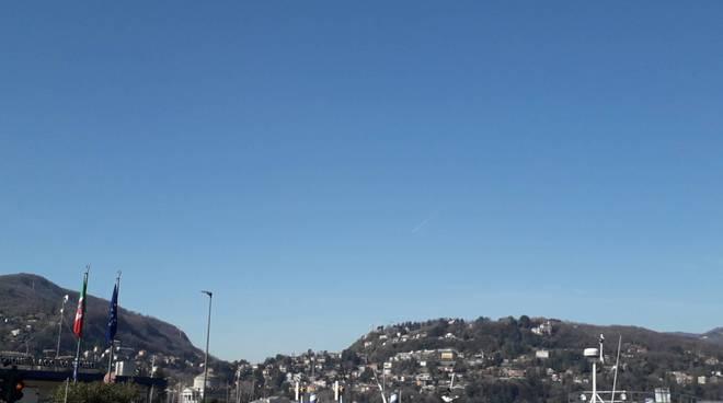 giornata bellissima cielo sereno no nuvole como e lago immagini piazza cavour e brunate