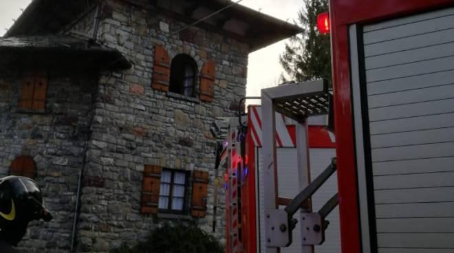 incendio al tetto casa di civenna bellagio intervento dei pompieri