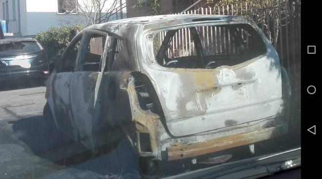 incendio auto nella notte via orazio a casate auto distrutta
