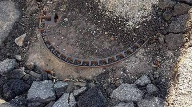 Le segnalazioni dei lettori: asfalto rotto e buche in via Artaria a Monte OLimpino