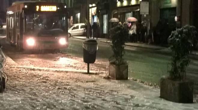 marciapiedi di como sporchi per la nevicata caduta ieri