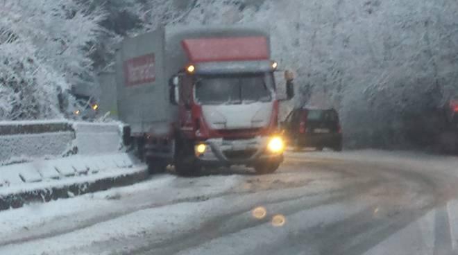 neve sulle strade di como, tanti i tamponementi registrati