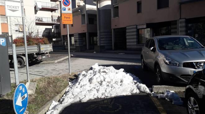 parcheggio per disabili piazza della tessitrice a como neve al posto auto
