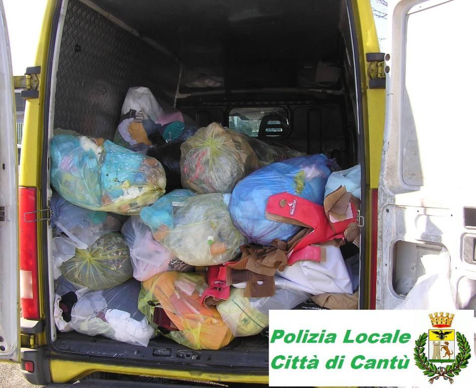 ... polizia locale cantù blitz per furto indumenti d acassonetti delle  Onlus parcheggio supermercato ... 62ffbc0af9d