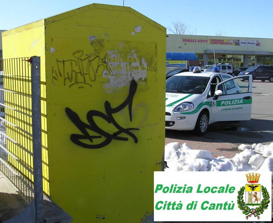 ... polizia locale cantù blitz per furto indumenti d acassonetti delle  Onlus parcheggio supermercato d7b233ed768