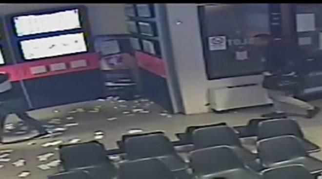 rapina sala slot como piazza tessitrice banditi in azione