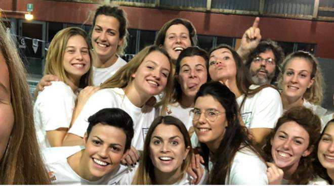 selfie rane rosa comonuoto per vittoria nel derby contro Varese
