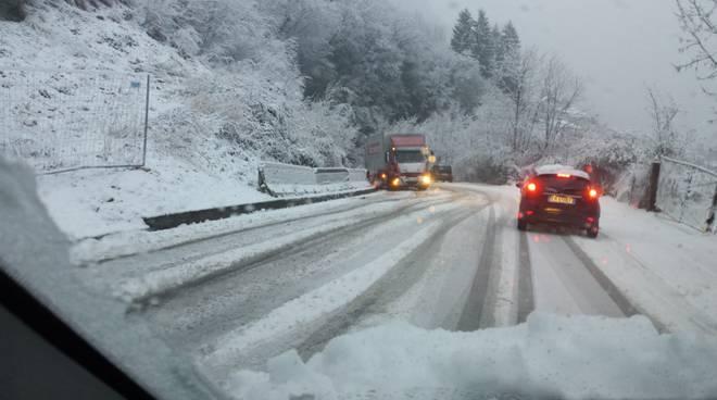 strade valle d'intelvi con neve verso argegno in discesa