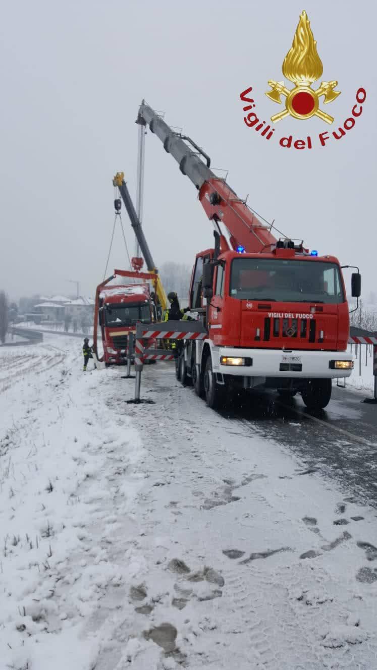 tir bloccato da neve lurago e taglio alberi pompieri
