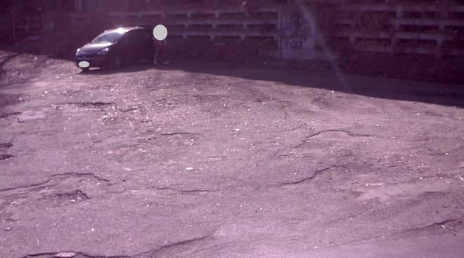 abbandono rifiuti arrea di via somigliana immagini telecamera e pulizia area con gev e polizia locale