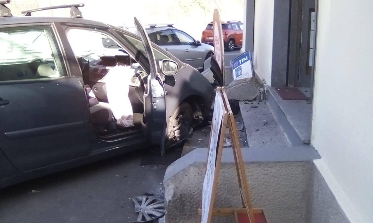 Alzate Brianza, la spaventosa uscita di strada dell'auto: negozio distrutto