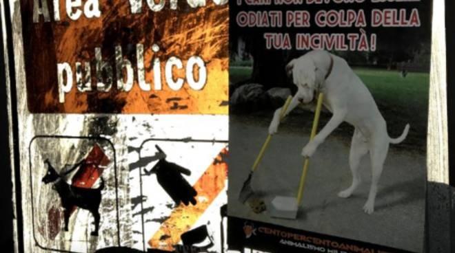 cartelli a turate associazione animalista per sensibilizzare padroni raccolta deiezioni cani