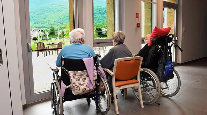 casa di riposo mariano comense generica anziani di spalle non lasciamoli soli