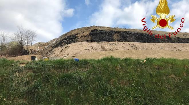 finita emergenza in discarica a mariano comense via del radizzione incendio fuoco