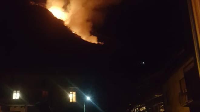 incendio bosco sopra porlezza questa sera nel buio