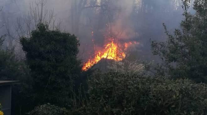 incendio bosco vicino alla discarica di mariano in fiamme da oggi