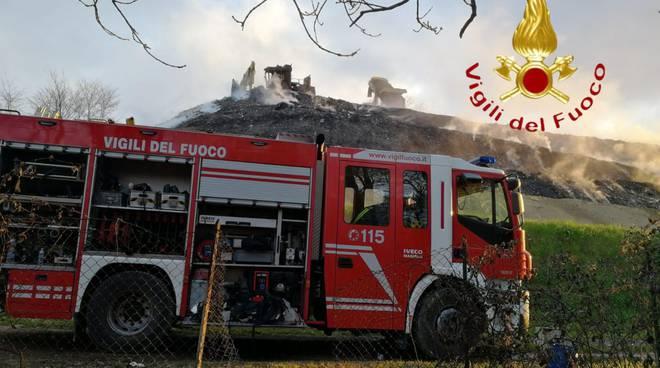 incendio discarica di mariano comense pompieri al lavoro