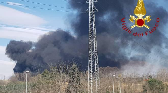 incendio discarica mariano comense fumo denso pompieri