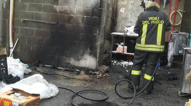 incendio ditta saati appiano gentile pompieri a domare il rogo