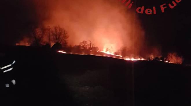 incendio dosso del liro bosco intervento dei pompieri menaggio