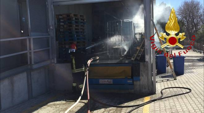 incendio esterno magazzino italmark di bregnano supermercato