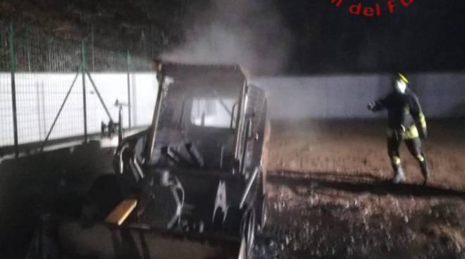 Incendio nella notte ad Uggiate Trevano: bruciate due ruspe in cantiere