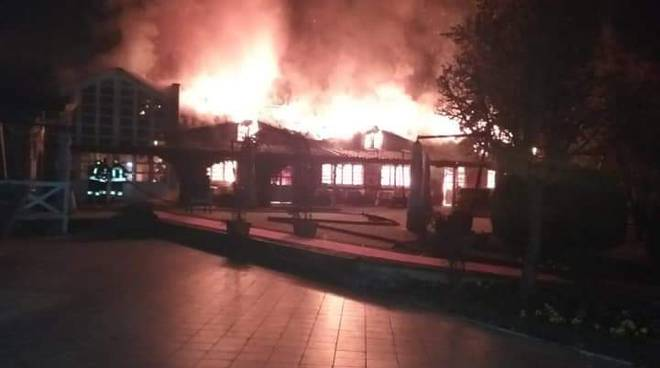 Incendio notte tetto al laghet ristorante di novedrate