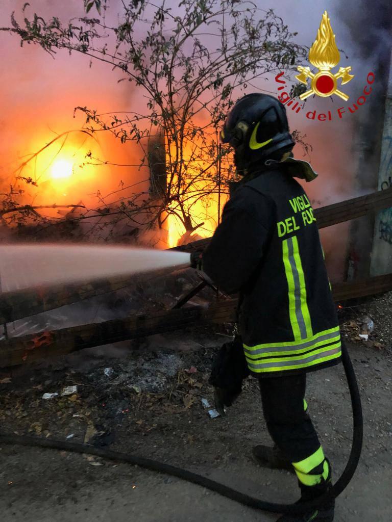 incendio rifiuti inerti a como via pastrengo pompieri in azione