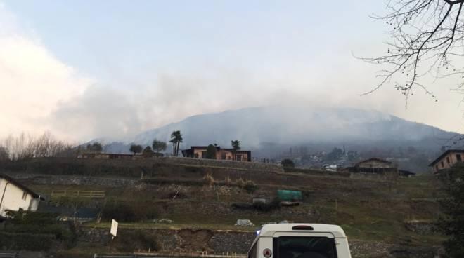incendio sui monti di carlazzo volontari antincendio in posto