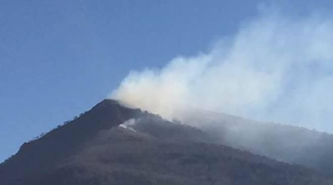 incendio sul monte cornizzolo in queste ore, fumo dalla cima