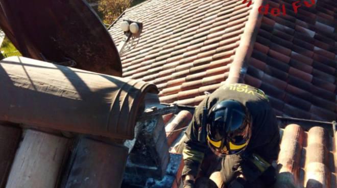 incendio tetto casa di via del doss a bellagio pompieri in azione