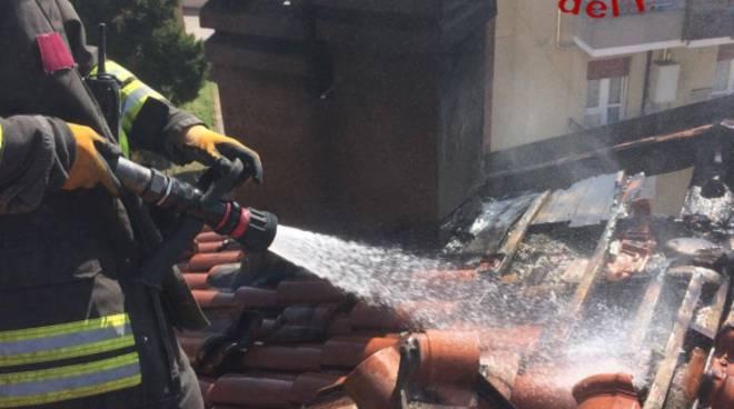 Incendio tetto in via Varesina a Rebbio, danni limitati