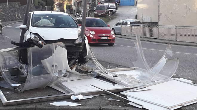 Incidente a lora statale per lecco, auto contro la pensilina del bus