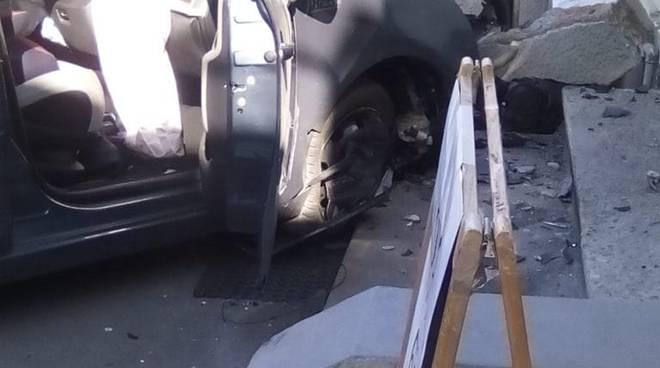 incidente alzate brianza auto fuori strada e sfonda vettrina del centro tim