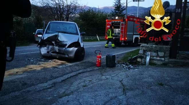 incidente asso provinciale auto fuori strada contro il muro
