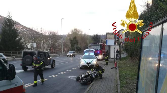 incidente via bixio a como, ragazo cade in scooter per raffiche di vento