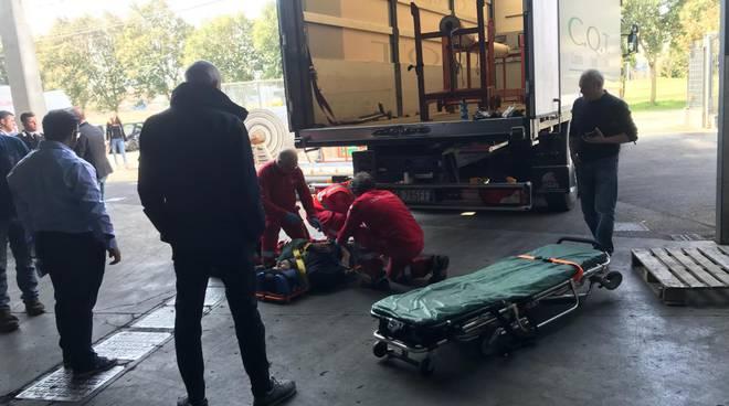 infortunio sul lavoro fino mornasco operaio caduto dal cassone del camion soccorsi