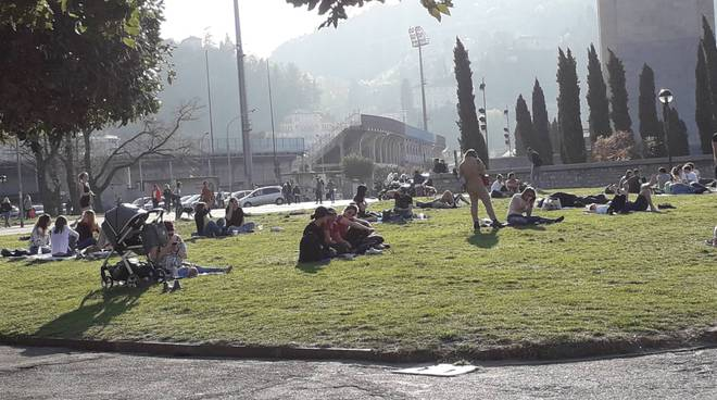 La bellissima domenica di Como: tutti a prendere il sole e migliaia di turisti