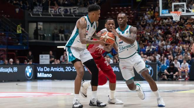 la pallacanestro cantù perde in volata il derby del Forum di Milano