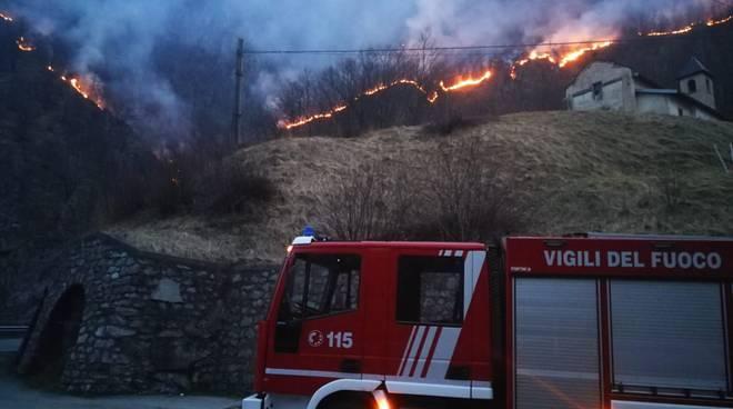 Nuovo incendio nei boschi di Carlazzo e Cavargna: danni ingenti