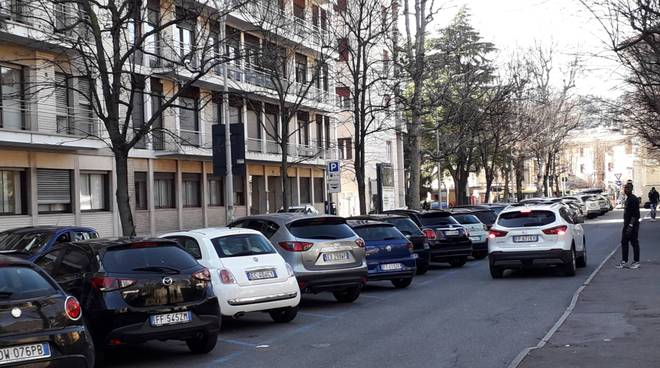 parcheggiatori abusivi in v iale varese presidio per dire basta a loro presenza