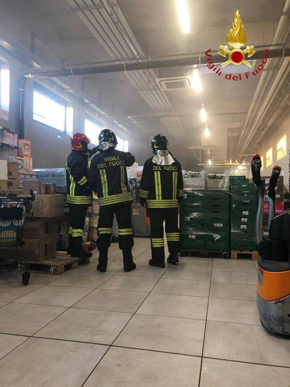 principio incendio supermercato aldi di cantù pompieri in struttura